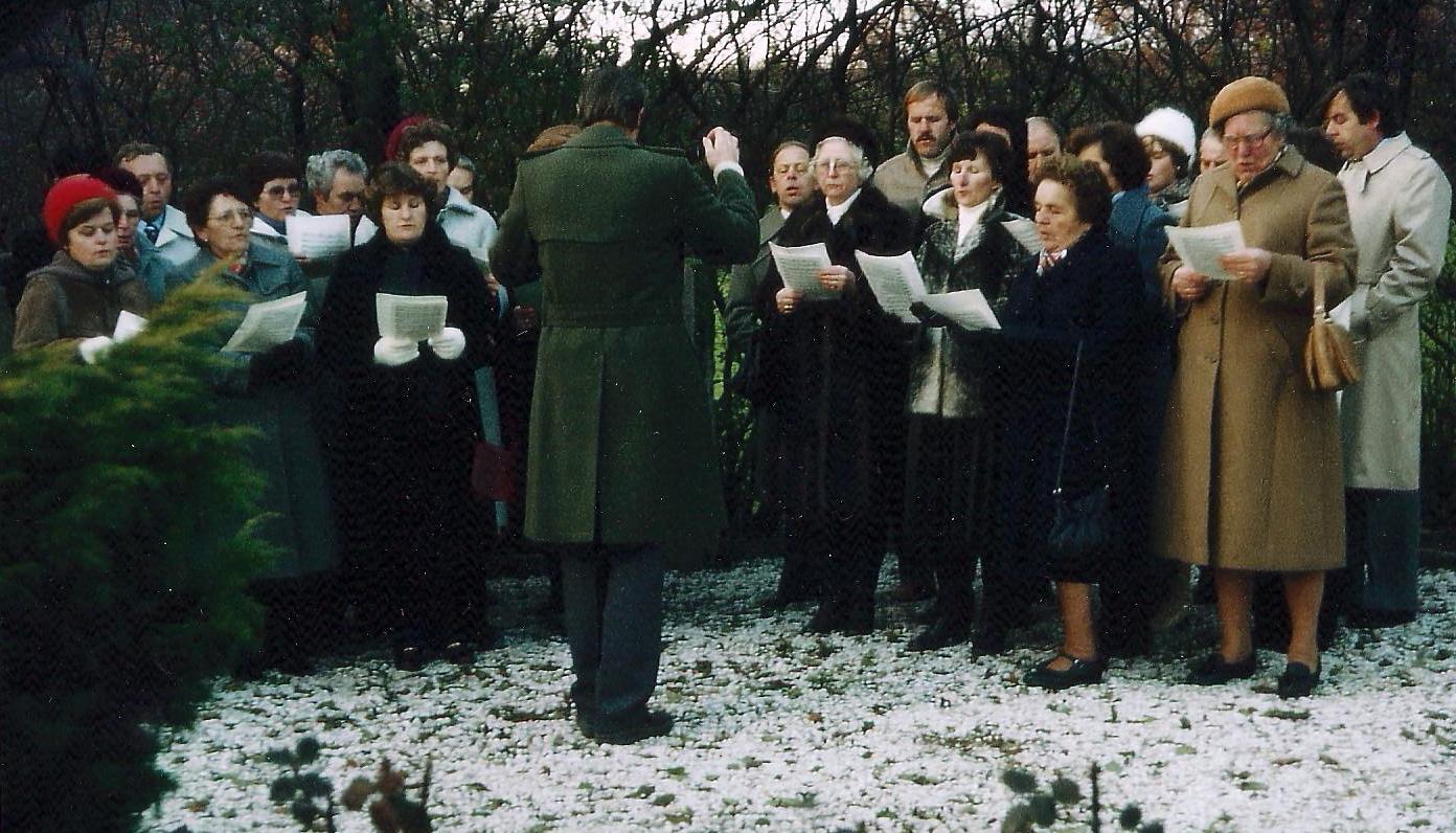 1981 - Singen am Krieger-Denkmal in Harderberg