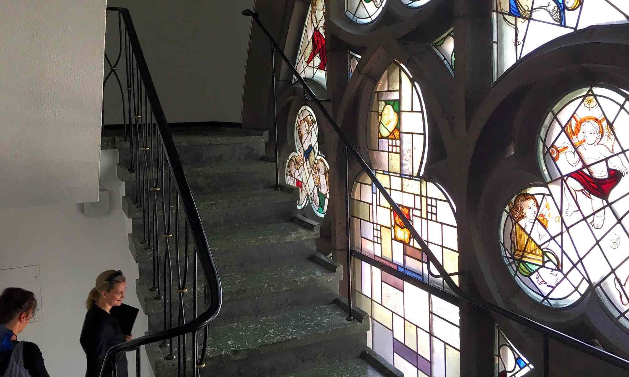 ... in einem engen Treppenhaus, direkt an den Kirchenfenstern vorbei ...